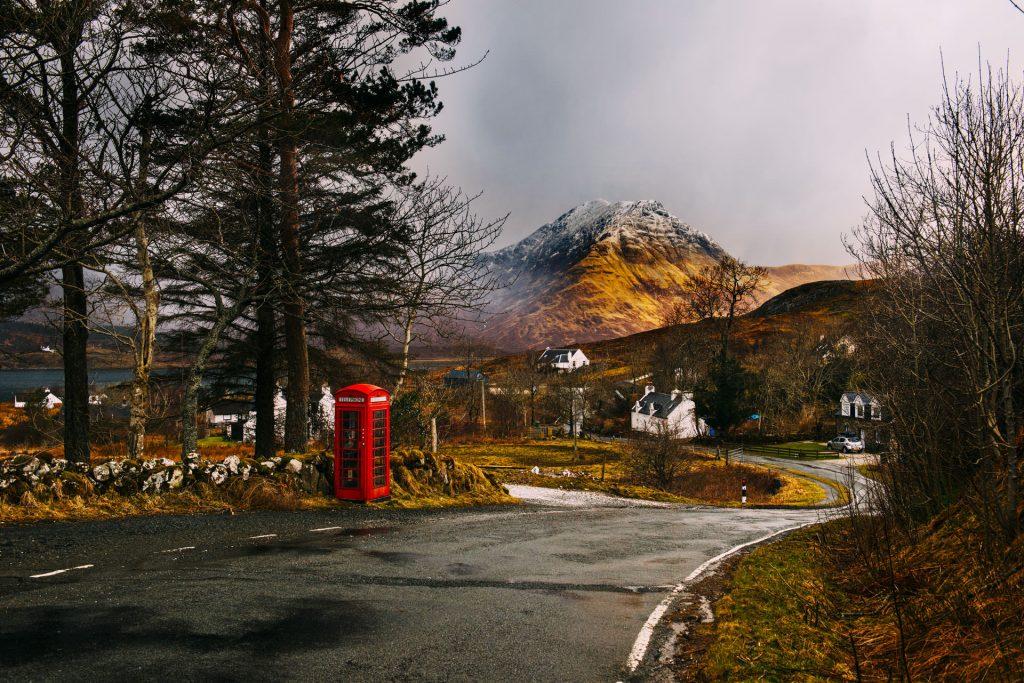 une cabine téléphonique dans un petit village écossais