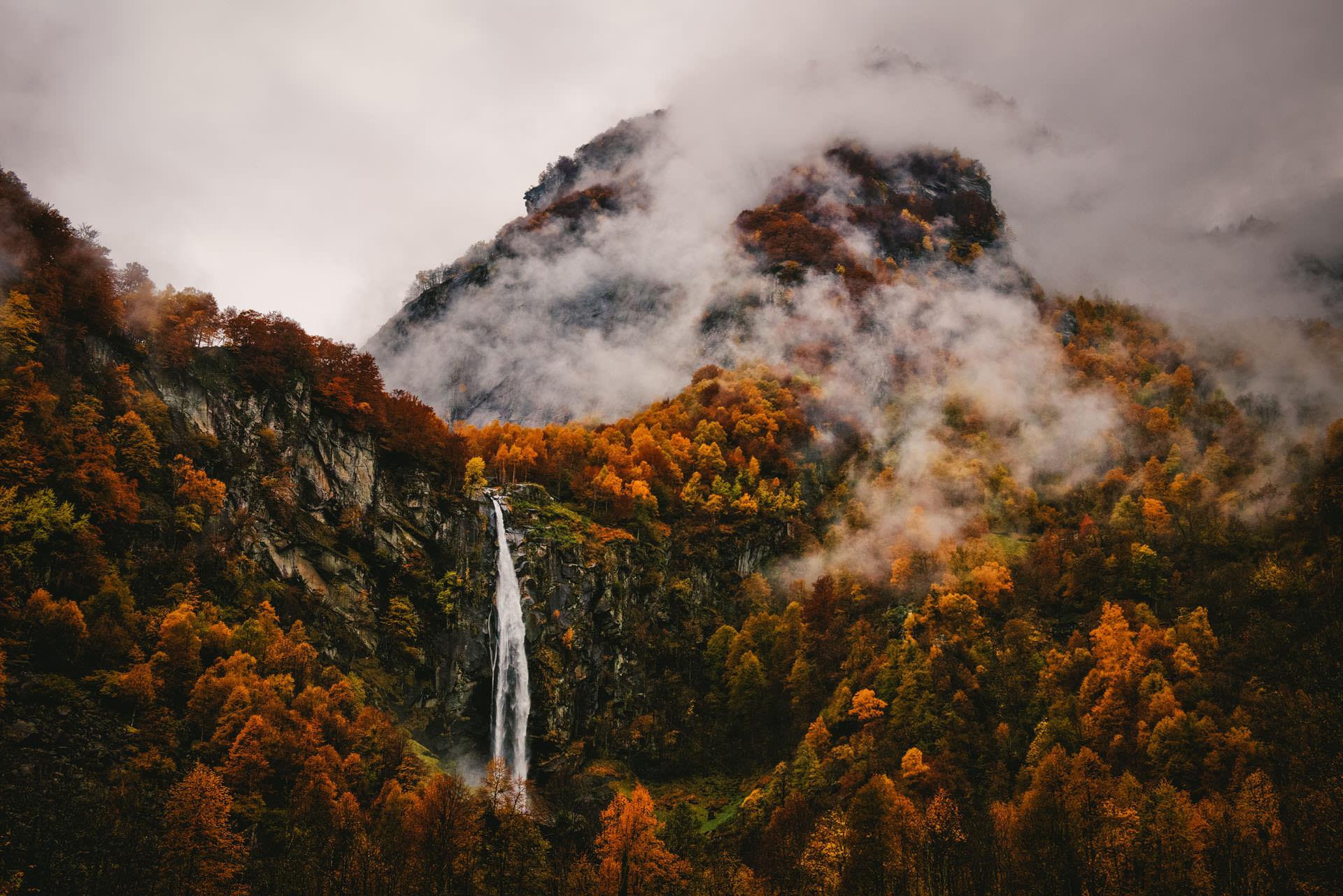 brouillard dans le tessin ticino en suisse avec cascade