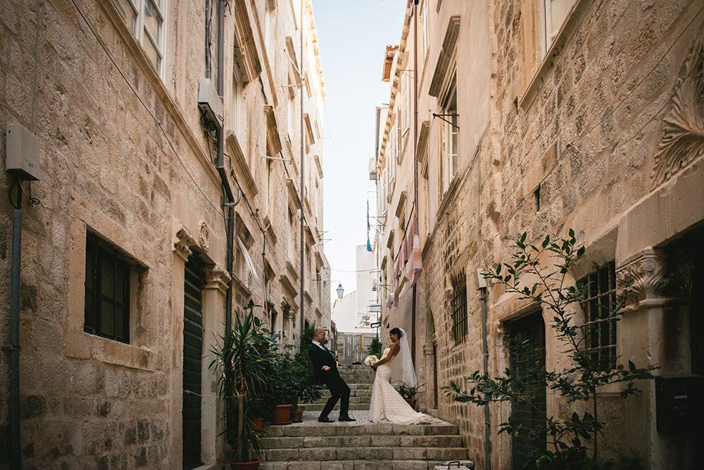 Intimate wedding at chateau de la chèvre d'or / zéphyr et luna