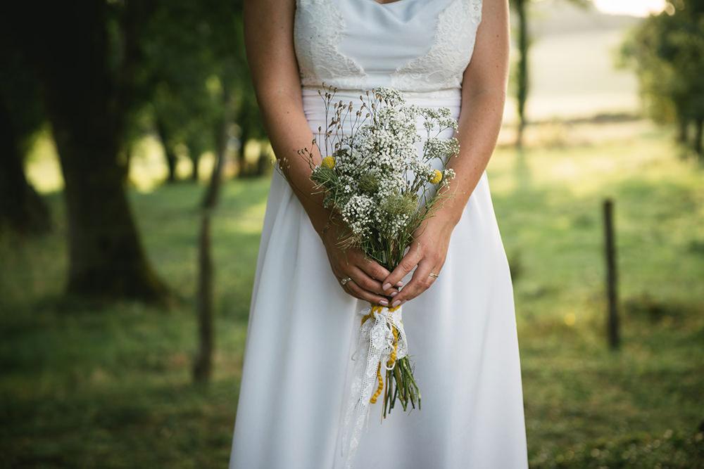 bouquet wild flowers wedding chateau bourlie / zephyr et luna
