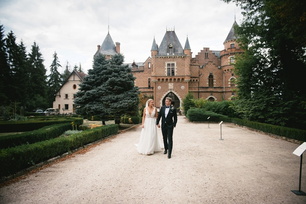 couple walking in front of chateau de maulmont