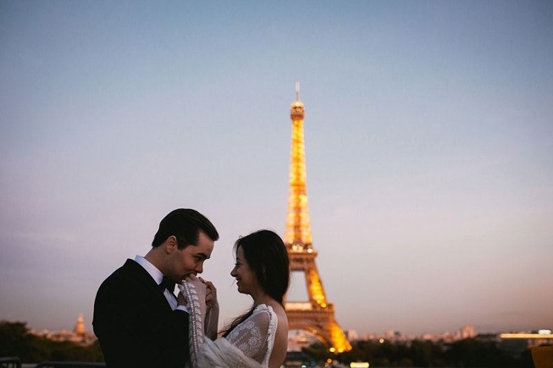 elopement photographer on the eiffel tower in paris